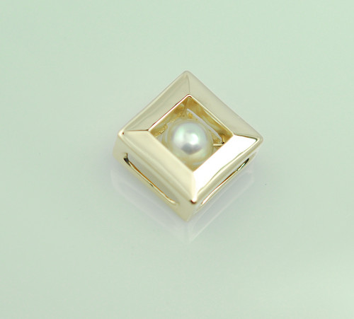 14kt yellow gold  pearl pendant.